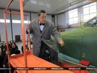 Спікер ніжняй палаты малазійскі парламента Пандзікар Амін Муліа наведвае авіярамонтны завод  у Баранавічах. Фота: belta.by