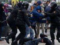 Міліцыя арыштоўвае мірных дэманстрантаў у Мінску. Фота AP/Сяргей Грыц